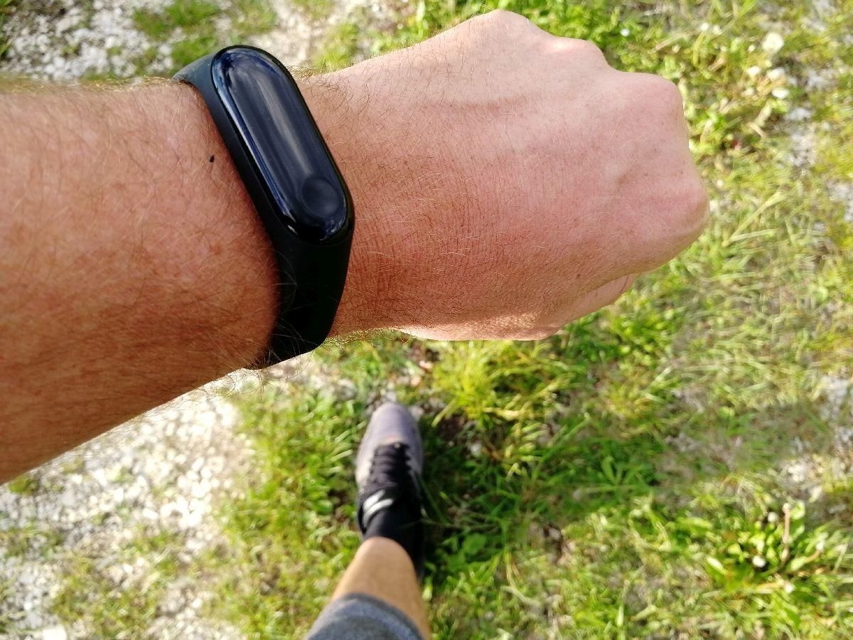 Fitness-Tracker am Arm beim Laufen