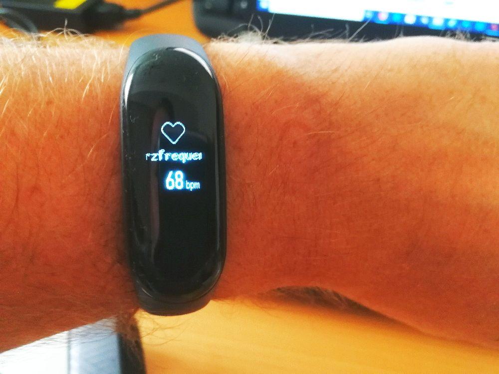 Xiaomi Mi Band 3 am Handgelenk mit Messung der Herzfrequenz